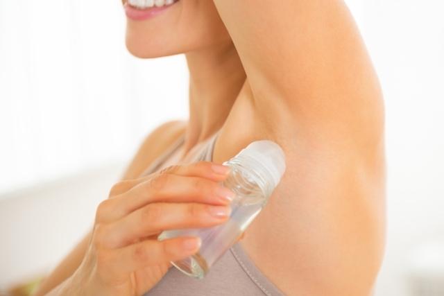 O que alguém com reação ao desodorante deve fazer?