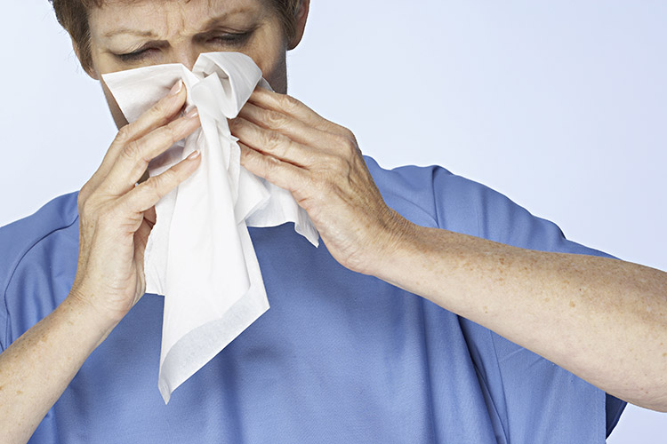 Por que o pó é um vilão para quem tem alergia respiratória?