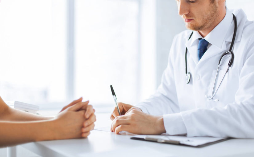 Por que um tipo de angioedema pode ser confundido com alergia?